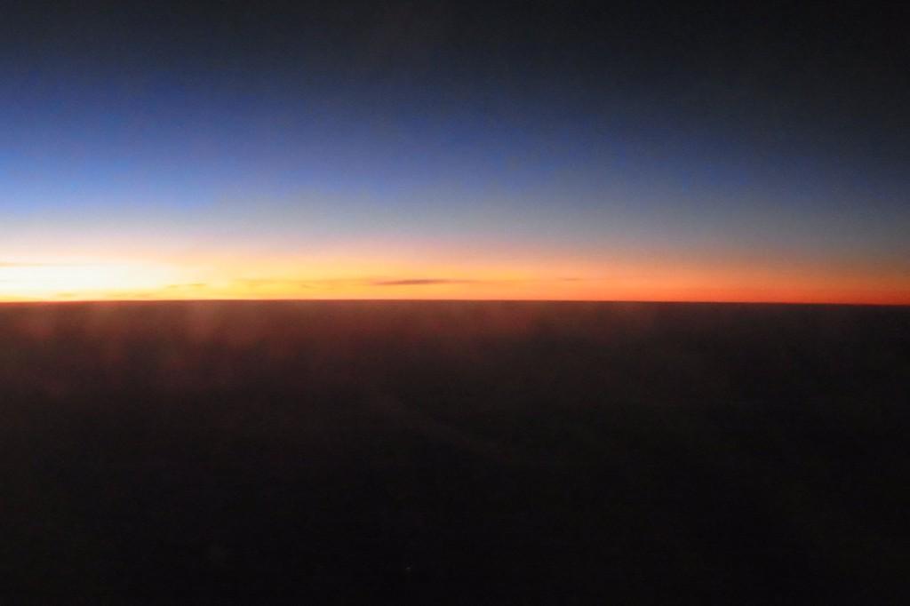 アフリカの夜明け。タンザニア上空