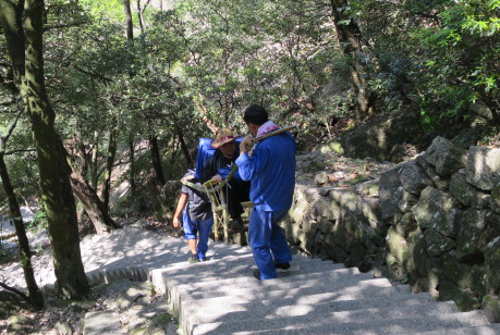担ぎ屋に運ばれる登山客