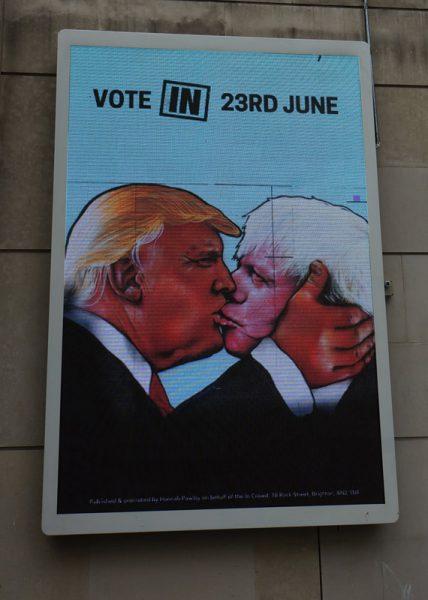 ロンドンで見かけたEU残留派の広告。ドナルドトランプとキスをする離脱派のボリス・ジョンソン元ロンドン市長
