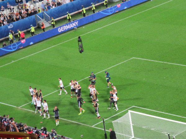 PK戦後、サポーターと勝利を喜ぶドイツチーム